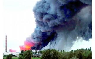 德国克拉菲尔德(Krefeld)一家化肥厂起火浓烟滚滚